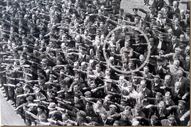 unico a non avere braccio alzato per Hitler